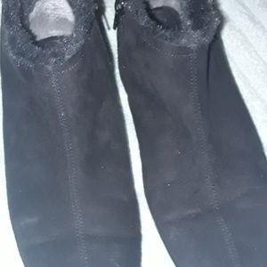 AEROSOLES  black boots with side zippers & fur.😊
